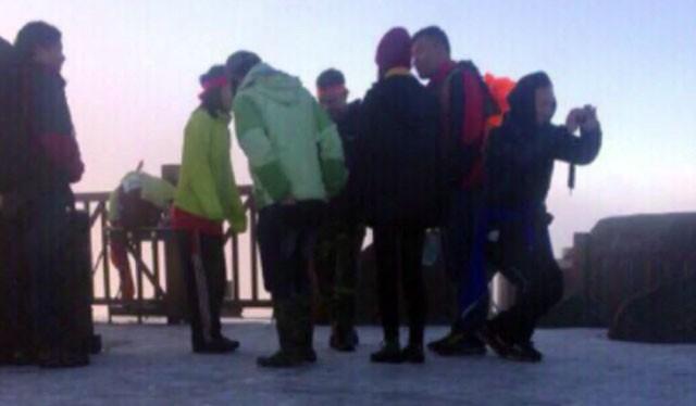 Băng giá đã hình thành trên đỉnh Fansipan sáng sớm nay (26/11).