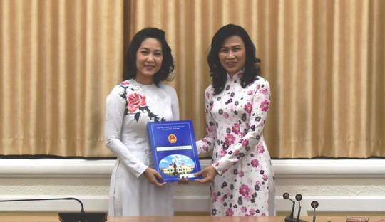 Phó Chủ tịch UBND TP Nguyễn Thị Thu (phải) trao quyết định Phó Giám đốc Sở Văn hóa và Thể thao TP HCM cho bà Nguyễn Thị Thanh Thúy. Ảnh: Sở VH-TT TP.HCM.