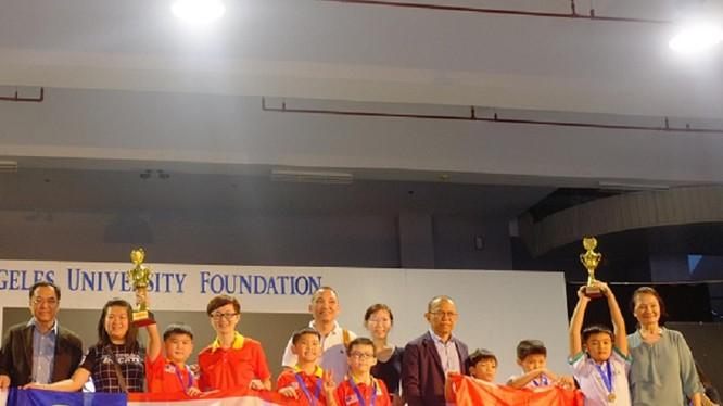 Đoàn đến từ trường Tiểu học Đức Trí, TP. Đà Nẵng trên bục vinh danh. Ảnh: Anh Ngọc.