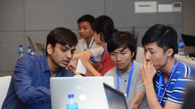 """Hình ảnh quen thuộc trong các cuộc thi dạng này là các thành viên sẽ code """"xuyên màn đêm"""". Ảnh minh hoạ: Vietnam Mobile Hackathon"""