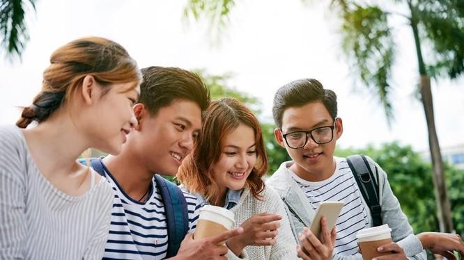 Theo thống kê của Facebook, 79% khách hàng mua sắm thuộc nhóm người trẻ. Ảnh: Cnet.