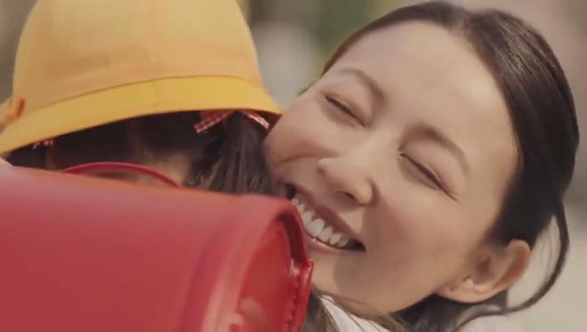 Vòng tay hân hoan của người mẹ đón con đi học về khép lại đầy ý nghĩa trong clip. Ảnh chụp màn hình.