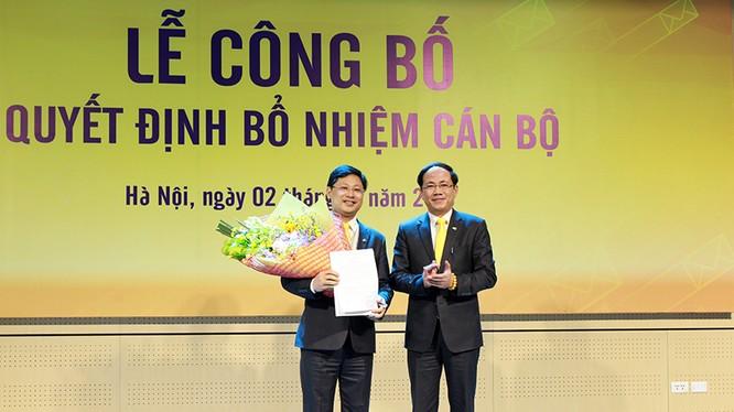 Chủ tịch HĐTV Phạm Anh Tuấn trao Quyết định bổ nhiệm Tổng giám đốc cho ông Chu Quang Hào. Ảnh: VNPost.