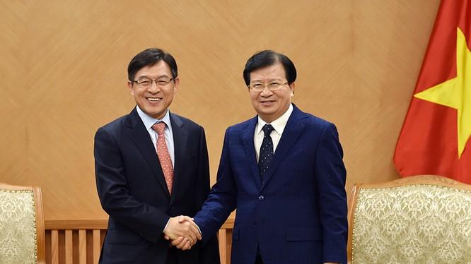 Phó Thủ tướng Trịnh Đình Dũng tiếp Tổng Giám đốc Tổ hợp Samsung tại Việt Nam Shim Won Hwan. Ảnh: VGP