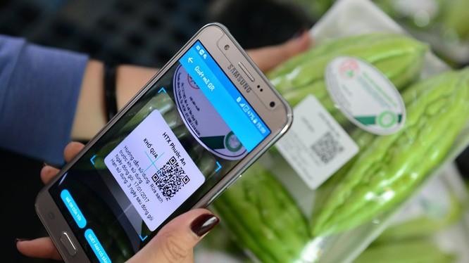 Tới đây, người tiêu dùng tại Hà Nội có thể sử dụng ứng dụng trên điện thoại thông minh quét mã QR code trên thực phẩm để truy xuất nguồn gốc. Ảnh: UBND TP. Hà Nội.