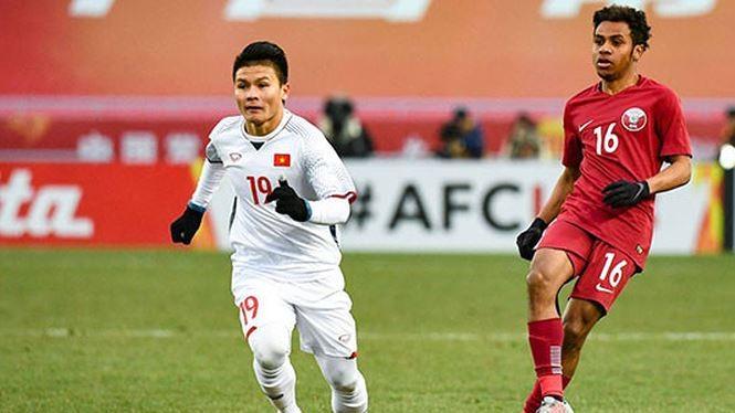Quang Hải đi bóng trong sự đeo bám của hậu vệ đối phương. Ảnh: TTXVN