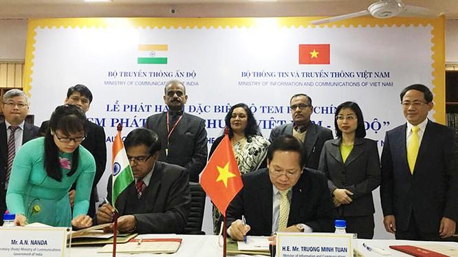 Bộ trưởng Bộ Thông tin và Truyền thông Việt Nam Trương Minh Tuấn và Thứ trưởng Bộ Truyền thông Ấn Độ A.N.Nanda thực hiện nghi thức ký phát hành bộ tem. Ảnh: Minh Đàm