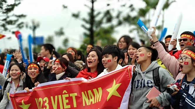 Khắp các cả đường, ở khu vực Cầu Nhật Tân - Sân bay Nội Bài, dòng người hâm mộ đổ đến mỗi lúc một đông.
