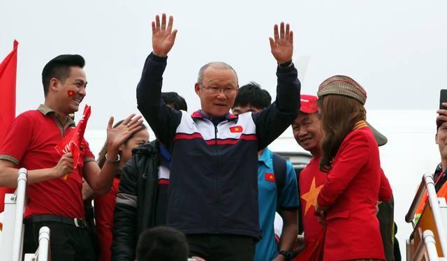 HLV Park Hang Seo là người bước ra đầu tiên. Ông vẫy hai tay và cúi chào người hâm mộ trong sự reo hò của người hâm mộ.