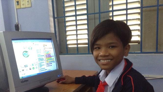 Bo Bo Nam thực hành lập trình Scratch trên chiếc máy tính cũ của trường. Ảnh: Nam Phương