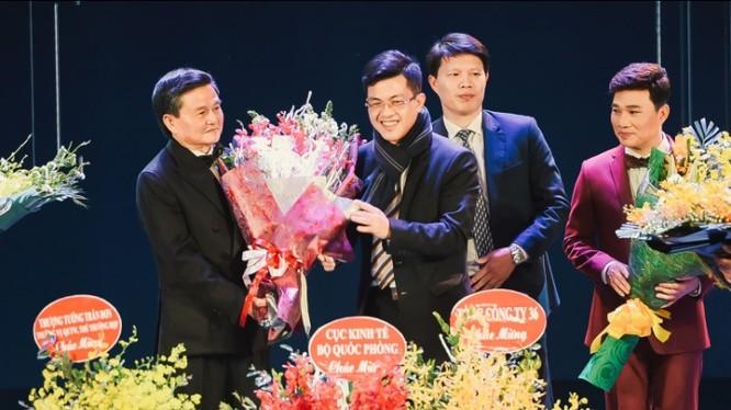 Đại tá Nguyễn Đăng Giáp (trái) được trao hoa và tôn vinh trong đêm nhạc.