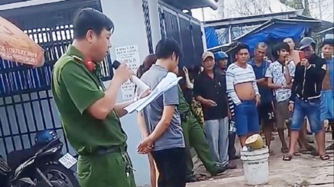 Trong đoạn clip, công an cầm micro đọc rõ to hành vi mua bán dâm và yêu cầu những người bị bêu danh bước lên cho người đi đường nhìn rõ mặt. Ảnh cắt từ video.