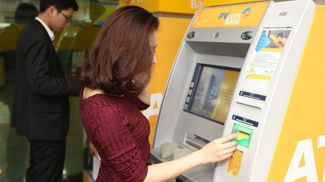 Khi giao dịch tại máy ATM cần quan sát kỹ máy ATM trước khi thực hiện giao dịch, đặc biệt tại các vị trí khe đọc thẻ, bàn phím, camera. Ảnh: PVCombank