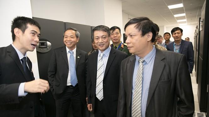 Thứ trưởng Bộ TT-TT Phạm Hồng Hải thăm Data Center đạt tiêu chuẩn PCI DSS của CMC Telecom. Ảnh: MIC