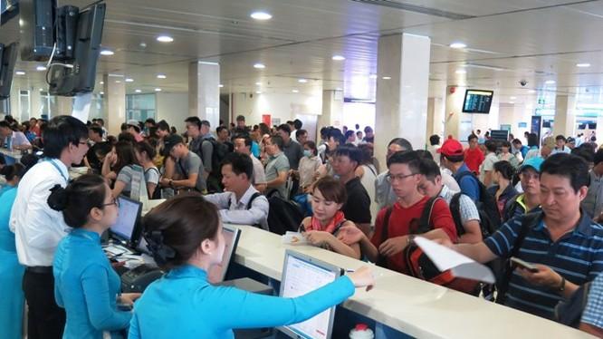 Trước những đợt nghỉ dài ngày, các quầy làm thủ tục tại Sân bay Tân Sơn Nhất gần như trong tình trạng quá tải. Ảnh: Cảng hàng không quốc tế Tân Sơn Nhất.