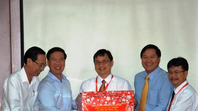 Ông Võ Văn Thưởng (thứ hai, trái sang) trao quà Tết cho đại diện cán bộ, chuyên gia, kỹ sư, nhân viên và người lao động QTSC. Ảnh: Ban Tuyên giáo TƯ.