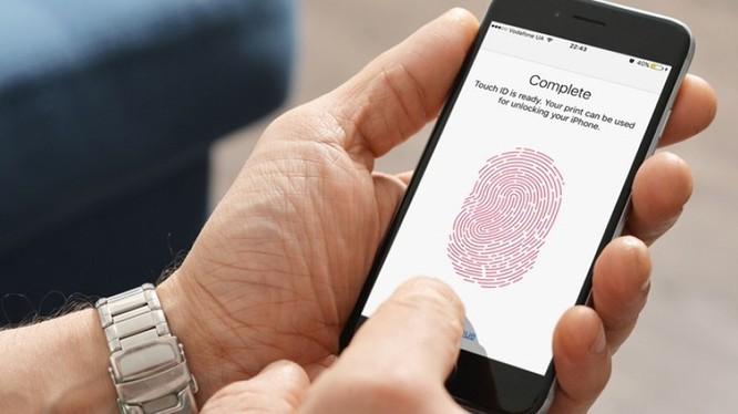 70% các cặp đôi chia sẻ mật khẩu, mã PIN hoặc dấu vân tay để truy cập thiết bị cá nhân của họ và với những người đã từng chia tay, 21% đã theo dõi người yêu cũ thông qua các tài khoản trực tuyến mà họ đã từng truy cập. Ảnh minh họa: TGDĐ