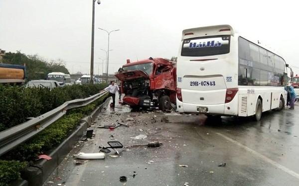 Sau cú đâm trực diện giữa xe cứu hỏa và xe khách trên cao tốc Pháp Vân - Cầu Giẽ đã khiến 9 người bị thương.