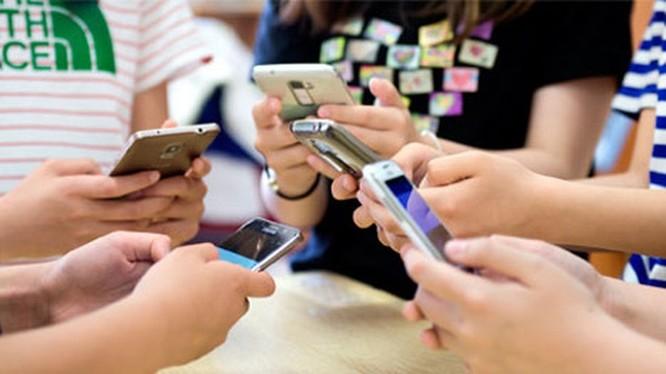 Người Việt chủ yếu sử dụng di động để truy cập mạng xã hội và xem video trực tuyến với phản hồi từ 80% số người tham gia khảo sát. Ảnh: Facebook