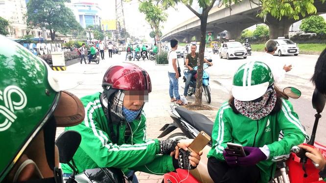 Theo Grab Việt Nam, hiện có nhiều xe ôm giả danh GrabBike, tìm cách mời, chèo kéo khách hàng đi xe không qua ứng dụng.Ảnh minh họa: Grab VN.