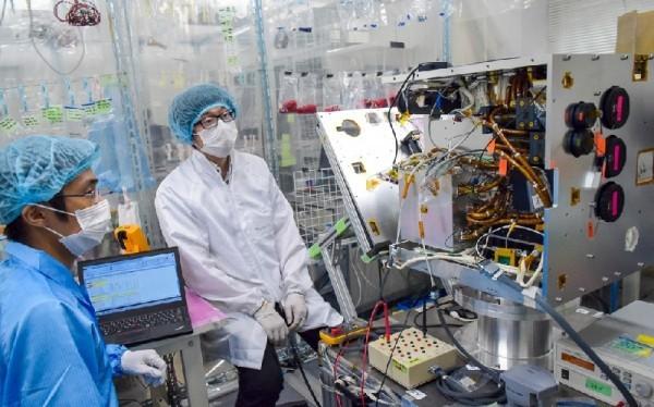 Các thành viên dự án MicroDragon giám sát vệ tinh trong quá trình vận hành kiểm thử. Ảnh: Trung tâm Vũ trụ Việt Nam