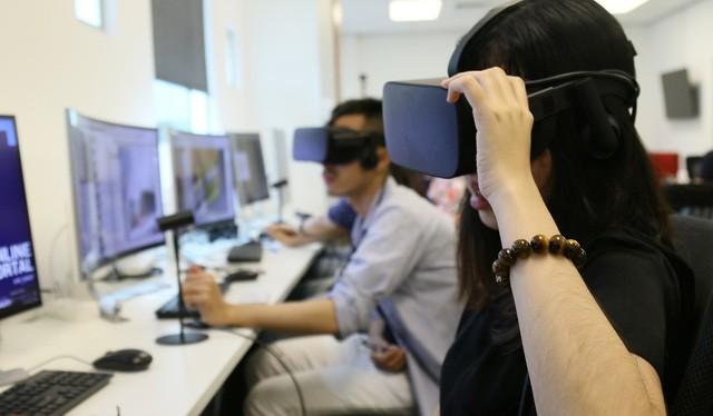 Sinh viên trải nghiệm tại Phòng thực hành Thực tế ảo.