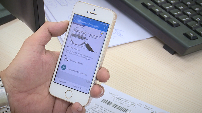 Người dân tra cứu thủ tục hành chính công trên mạng xã hội Zalo.