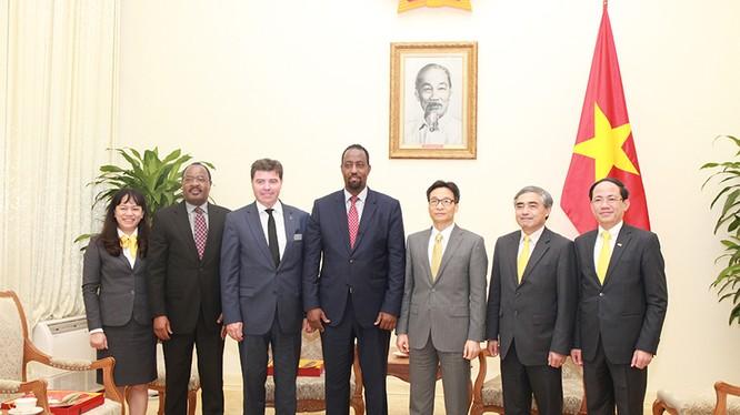 Phó Thủ tướng Chính phủ Vũ Đức Đam và Thứ trưởng Bộ Thông tin và Truyền thông Nguyễn Minh Hồng (thứ hai và ba từ phải sang) tiếp đoàn đại biểu cấp cao Liên minh Bưu chính Thế giới (UPU),