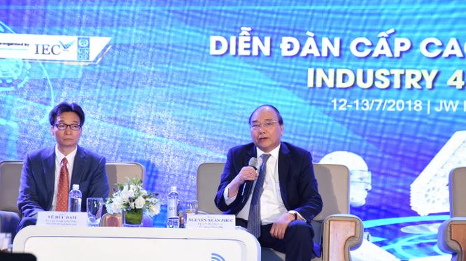 Thủ tướng Nguyễn Xuân Phúc và Phó Thủ tướng Vũ Đức Đam tham gia đối thoại tại diễn đàn.