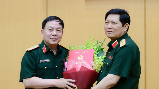 Đại tướng Ngô Xuân Lịch, thay mặt Thường vụ Quân ủy Trung ương, trao quyết định giao nhiệm vụ cho Thiếu tướng Lê Đăng Dũng.