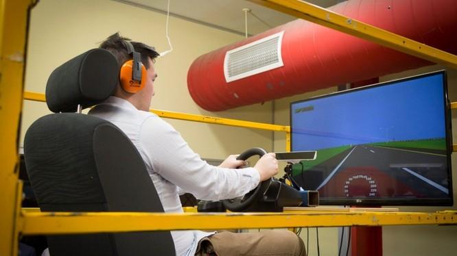 Tình nguyện viên trên một hoạt động ảo mô phỏng trải nghiệm lái xe.