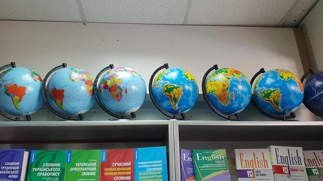 Quả địa cầu vẽ sai lệch bản đồ Việt Nam được bày bán ở cửa hàng số 26 đường Mayakovs'koho thành phố Kiev (Ukraine) (ảnh: Hồ Sỹ Trúc)