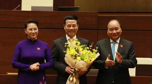 Thủ tướng Nguyễn Xuân Phúc và Chủ tịch Quốc hội Nguyễn Thị Kim Ngân chúc mừng tân Bộ trưởng Thông tin và Truyền Thông Nguyễn Mạnh Hùng.