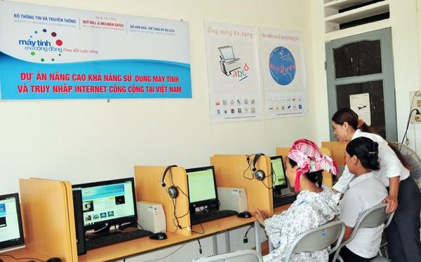 Người dân đến truy cập Internet tại điểm bưu điện văn hóa xã.