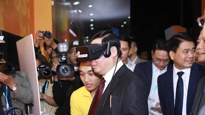 Phó Thủ tướng Vương Đình Huệ trải nghiệm thương mại điện tử tại phố đi bộ Hồ Gươm trong ngày khai mạc Online Friday.