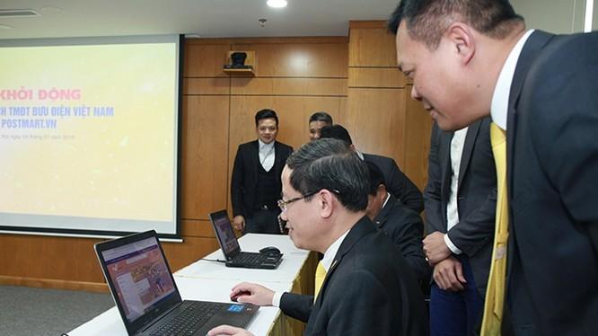 Ông Phạm Anh Tuấn, Chủ tịch HĐTV VnPost trải nghiệm mua sắm, đặt hàng trên sàn PostMart.