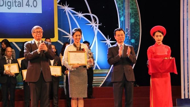 Bộ trưởng Bộ Thông tin và Truyền thông Nguyễn Mạnh Hùng và Giáo sư Viện sĩ Đặng Vũ Minh - Chủ tịch Liên hiệp các hội KHKT Việt Nam trao giải thưởng cho các đơn vị có ứng dụng công nghệ số xuất sắc tại Lễ trao Giải thưởng Công nghệ số Việt Nam 2018.