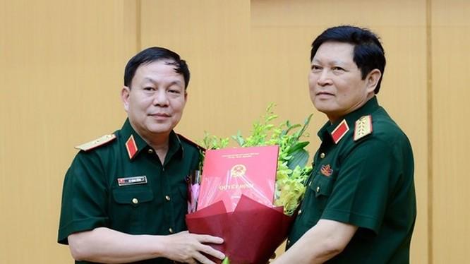 Thiếu tướng Lê Đăng Dũng (trái) nhận Quyết định phụ trách Chủ tịch kiêm Tổng Giám đốc Viettel ngày 31/7/2018