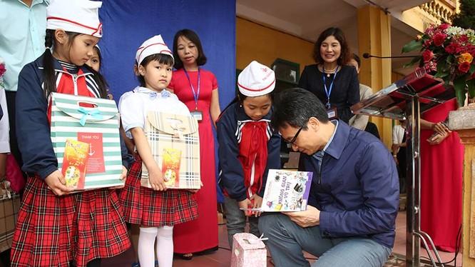 Hàng trăm cuốn sách đã được trao tặng tràn đầy niềm vui cùng sự háo hức của các em học sinh.