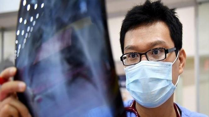BS. Hùng Ngô trong ca trực tại bệnh viện Bạch Mai (Hà Nội).
