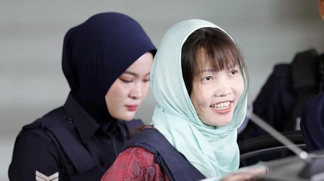Sau khi nghe cáo trạng, Hương đã nhận tội. Cô mỉm cười và cảm ơn thẩm phán Azmi Ariffin