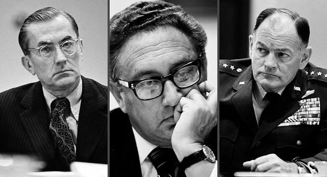 """Giám đốc CIA William Colby, Ngoại trưởng Henry Kissinger và Chủ tịch Hội đồng tham mưu Liên quân George Brown (từ trái sang phải), khi nhận """"tin xấu"""" từ Việt Nam vào tối ngày 28/4/1975 (giờ Mỹ). Ảnh: Nhiếp ảnh gia David Hume Kennerly"""