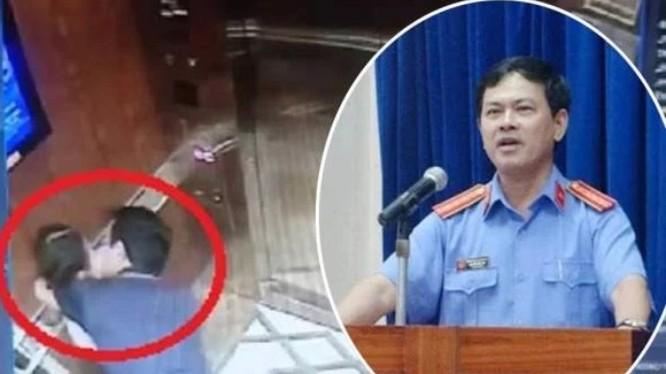 Hình ảnh Nguyễn Hữu Linh sàm sỡ bé gái trong thang máy.