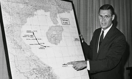 Bộ trưởng Quốc phòng Mỹ Robert S. McNamara trình bày về vụ việc xảy ra trong Vịnh Bắc Bộ (sự kiện Vịnh Bắc Bộ lần 2) ngày 4/8/1964 trong cuộc họp báo nửa đêm tại Lầu Năm Góc.