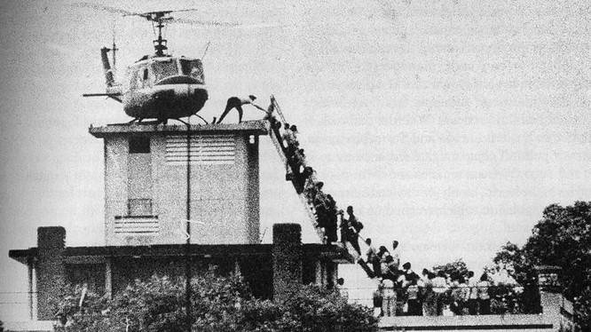 Bức ảnh đi vào lịch sử: Đám đông tranh nhau lên trực thăng trên nóc một ngôi nhà Sài Gòn.