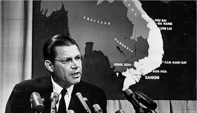 Cựu Bộ trưởng Quốc phòng Robert M'c Namara trong một phiên báo cáo về chiến tranh Việt Nam