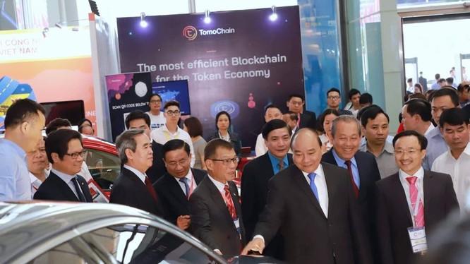 Thủ tướng cùng các đại biểu tham quan Triển lãm trong khuôn khổ hội thảo của Diễn đàn Kinh tế Tư nhân Việt Nam 2019