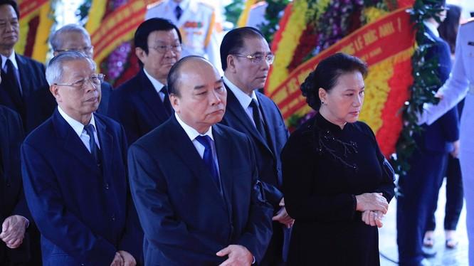 Trong niềm tiếc thương vô hạn, Đoàn Ban Chấp hành Trung ương Đảng do ông Nguyễn Xuân Phúc, Ủy viên Bộ Chính trị, Thủ tướng Chính phủ làm Trưởng đoàn dẫn đầu vào viếng Đại tướng Lê Đức Anh.