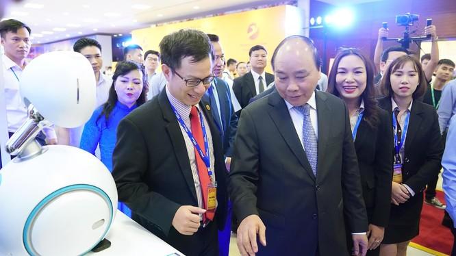 Thủ tướng gợi ý doanh nghiệp công nghệ Việt Nam thực hành khẩu hiệu hành động: sáng tạo tại Việt Nam, thiết kế tại Việt Nam, Việt Nam làm chủ công nghệ và chủ động trong sản xuất.