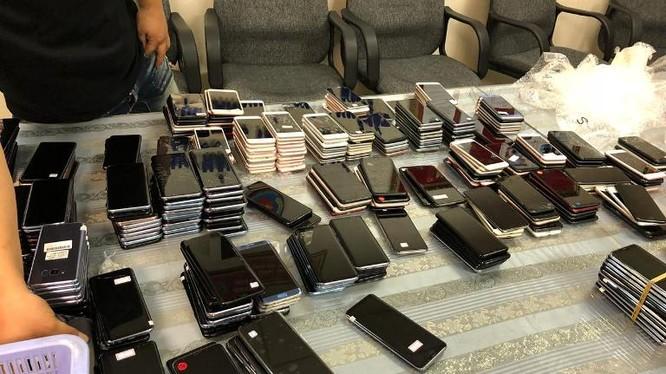 Lô hàng 418 điện thoại di động hiệu Iphone, Samsung và LG đã qua sử dụng bị thu giữ. Ảnh: Hải quan Tân Sơn Nhất